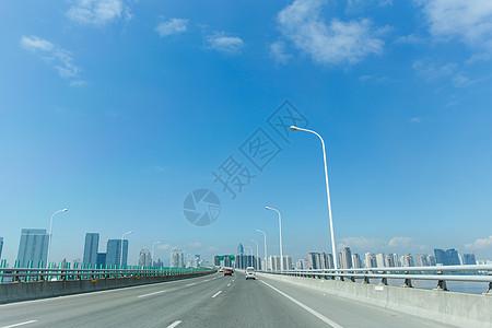 蓝天白云风景空旷城市公路图片