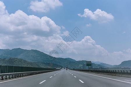 蓝天白云风景空旷公路图片