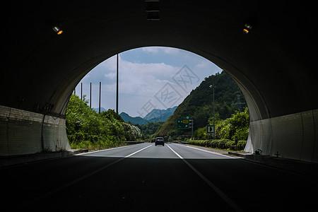 远行出隧道前文艺公路风景图片