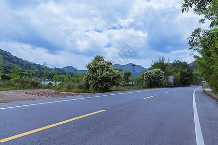 清新多云天气安静风景公路图片