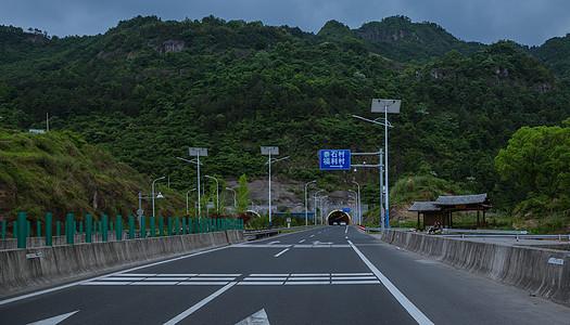 多云天气大气宽广隧道前公路图片