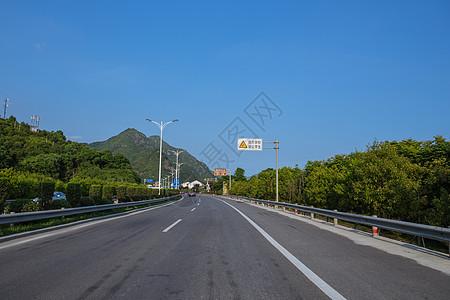 大气宽广依山公路图片