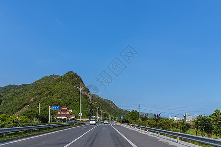 蓝天下的大气宽广依山公路图片