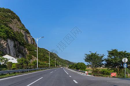 晴天下的大气宽广依山公路图片