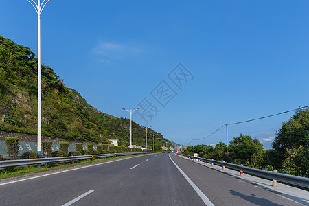 好天气下的大气宽广依山公路图片