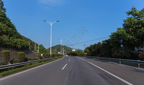 空旷的大气宽广依山公路图片