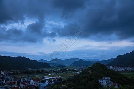 大气山脉依山城镇夜晚风景图片