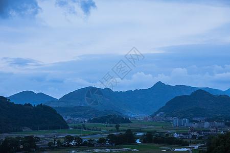 大气山脉依山城镇夜晚风景500405524