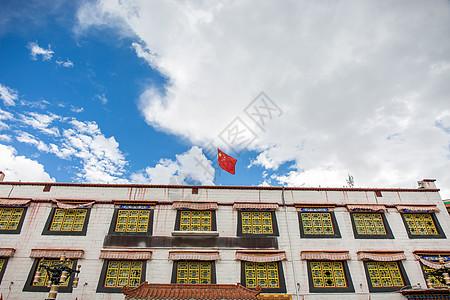 红旗飘荡在天空图片