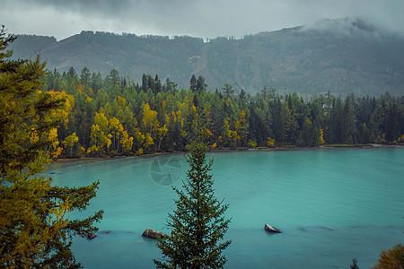 新疆喀纳斯湖雨中的天空图片