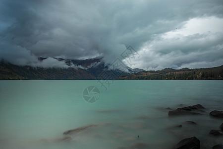 新疆喀纳斯湖梦幻般的天空图片