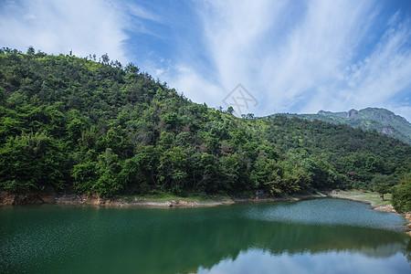 大气水库山脉蓝天白云风景图片