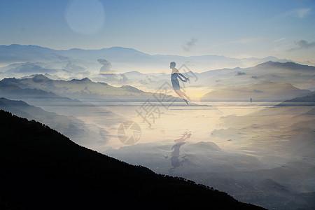 高山竖立云端云雾飘渺图片