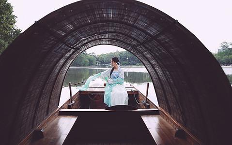 船头上的古风汉服图片