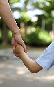 父亲拉着儿子的手图片