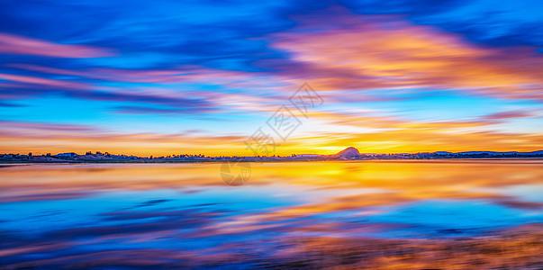 日出彩霞映水面图片