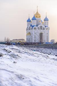 雪中白色教堂图片