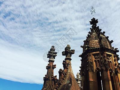 天空下的教堂图片