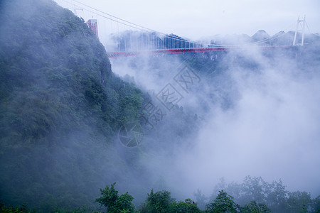 雾中的跨山大桥图片