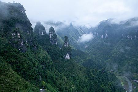 山峰云雾图片