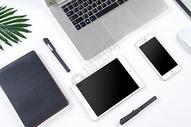 数码产品放在桌面图片