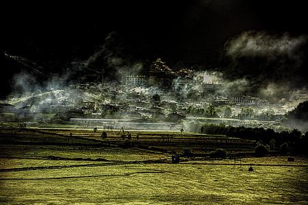 晨光中的松赞林寺图片