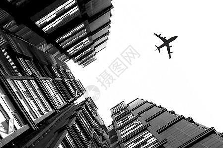 飞机划过建筑上空图片