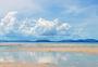 蓝天白云下的海滩图片