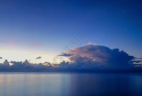 海天一色的宁静大海图片