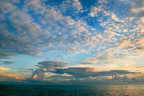 大海上空的云图片