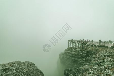 雾锁玉龙雪山图片