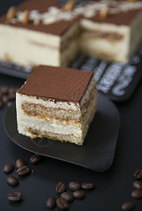 切块的方形提拉米苏蛋糕图片