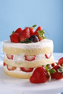 托盘里的奶油草莓裸蛋糕图片