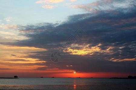 海上生落日 天涯共此时图片