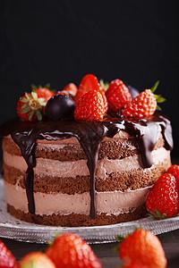 巧克力淋面草莓可可蛋糕图片