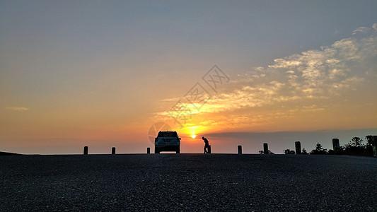 夕阳下的车和人图片