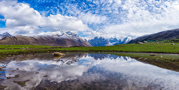 蓝天白云下的年保玉则图片