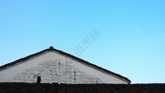 蓝色天空下的老房子图片