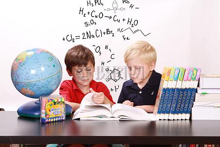 两个学习的孩子图片