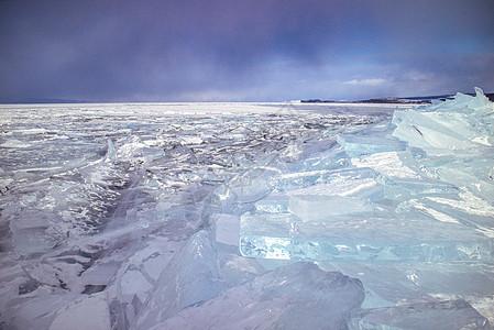 湖面上的蓝色冰块图片