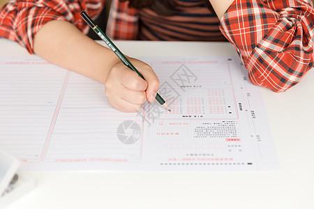 高考做题的考生图片