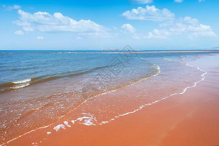 蓝天白云海浪滩涂图片