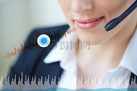 拿着手机语音的职业女性图片