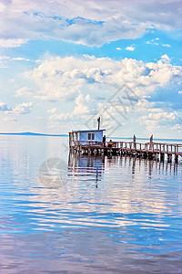 达里诺尔湖上的小屋子图片