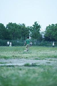 绿茵场上的小球童图片