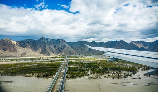 低空飞过雅鲁藏布江上空的客机 图片
