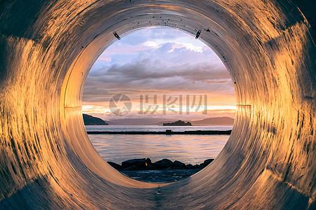 管道里的海岸图片