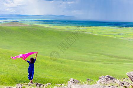 草原上美女手中丝巾飘扬图片
