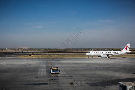 机场的即将起飞的飞机图片