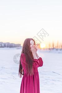 雪地日落唯美人像图片